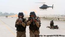 Bildunterschrift:Pakistani soldiers take part in a drill against terrorists at the Multan International Airport in Multan on March 19, 2015. Pakistan Army, Air Force and Airport Security Force participated in a drill to meet any eventuality at Multan Airport. AFP PHOTO / SS MIRZA (Photo credit should read SS MIRZA/AFP/Getty Images)