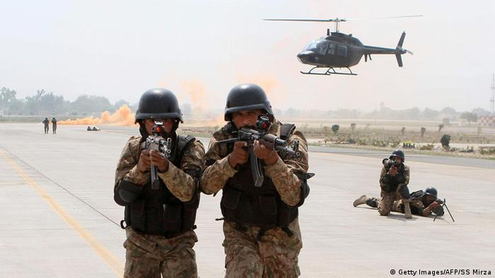 Pakistan Armee Offensive gegen Taliban Symbolbild Übung (Getty Images/AFP/SS Mirza)