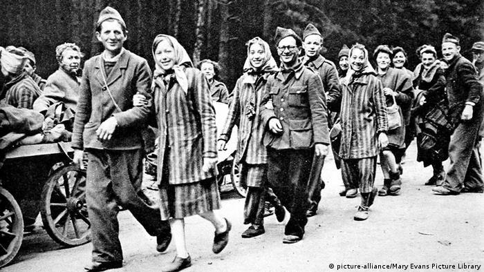 Kraj rata značio je oslobođenje za one koji su preživeli logore. Ovde na slici su francuski politički zarobljenici koji su iz Berlina, većina peške, krenuli na dug put kući...