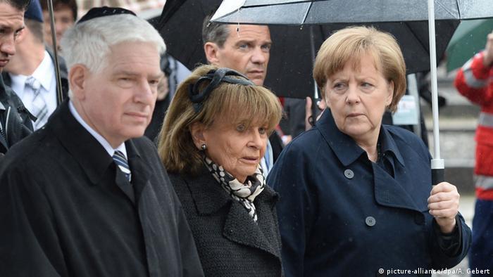 Канцлер Германии Ангела Меркель, председатель центрального совета евреев Германии Йозеф Шустер в Дахау
