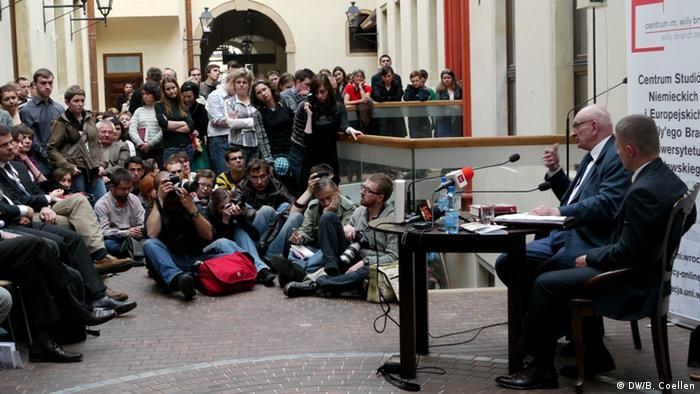 Prof. Bartoszewski ze studentami Uniw. Wrocławskiego rozmawia o swojej nowej książce