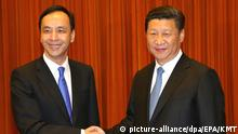 4. Mai. 2015 epa04732223 A handout photo released by Taiwan's ruling party the Chinese Nationalist Party (Kuomintang or KMT), shows Chinese President Xi Jinping (R), in his capacity as secretary-general of the Chinese Communist Party, meet with KMT Chairman Eric Chu (L) in the Great Hall of the People in Beijing, China, 04 May 2015. During the meeting, Xi said the mainland and Taiwan should expand exchanges under the 1992 consensus that there is one China and both the mainland and Taiwan belong to this 'one China', while Chu urged Beijing to allow Taiwan to join regional economic integration, like the Asian Infrstructure Development Bank, and grant Taiwan more space on the international stage. EPA/KMT QUALITY REPEAT HANDOUT EDITORIAL USE ONLY/NO SALES