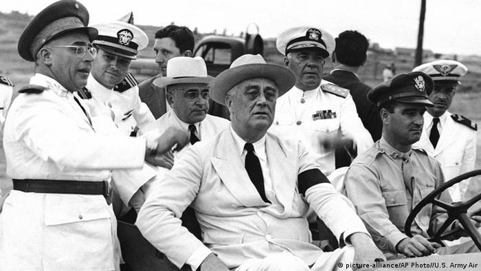 Fevereiro de 43: Getúlio (de chapéu branco e óculos) inspeciona as tropas em Natal, com Roosevelt (sentado ao lado do motorista)
