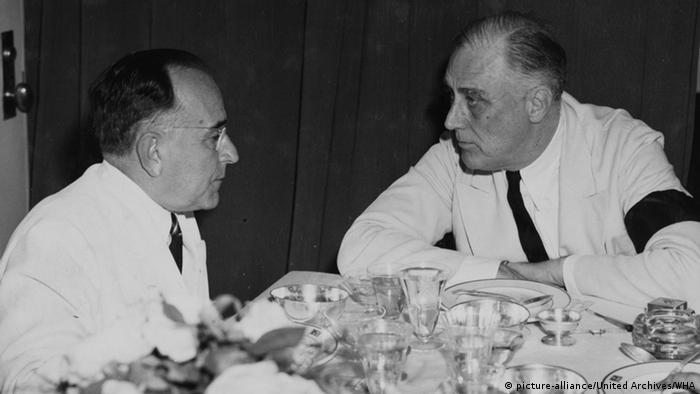 Getúlio Vargas (esq.) e Franklin D. Roosevelt conversam a bordo de um destróier americano em Natal, em 1943