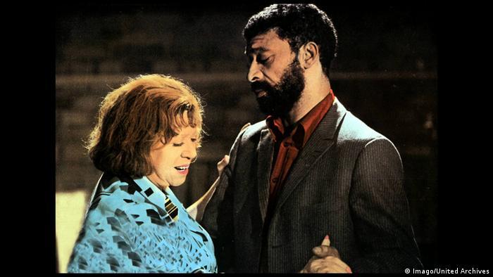 Rainer Werner Fassbinders Film Angst essen Seele auf mit einem tanzenden Paar, ältere Frau und jüngerer, farbiger Mann (Imago/United Archives)