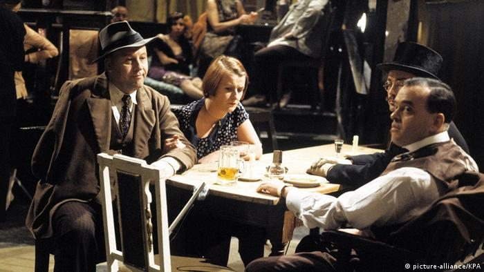 Film scene from Berlin Alexanderplatz: three men and a woman sit at a table, drinking beer (picture-alliance/KPA)