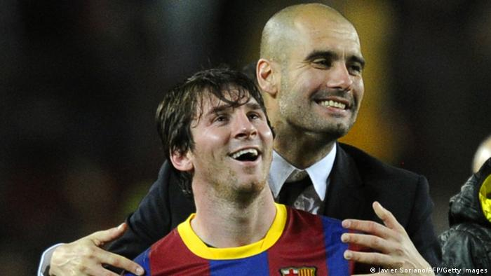 Pep Guardiola umarmt Lionel Messi (Foto: JAVIER SORIANO/AFP/Getty Images)