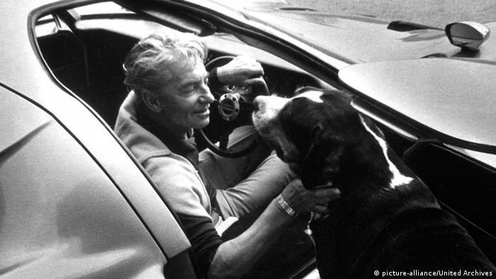 Herbert von Karajan mit Hund und Sportwagen
