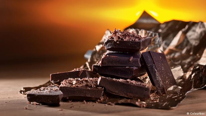 Schwarze Schokolade auf Holztisch