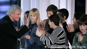 Sir Simon Rattle with children. Copyright: dpa/picture alliance S. Stache