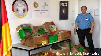 Полицейский стоит рядом с ящиками с бананам, в которых в Берлине в магазине Aldi обнаружили около 300 кг кокаина