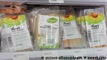 Vegane Ersatzprodukte für verschiedene Fleischsorten, aufgenommen am 30.03.2013 im Sortiment des veganen Supermarkts Veganz in Berlin.
