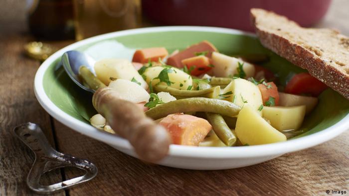 Deutschland Vegetarier vegetarischer Eintopf mit Sojawurst