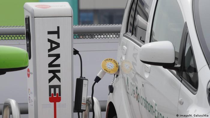 Deutschland Elektromobilität Symbolbild Tankstelle für Elektroautos