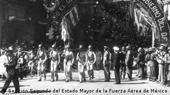 Desfile de los victoriosos supervivientes del Escuadrón 201.