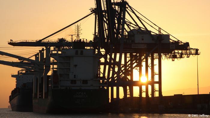 Kräne im Hafen von Dschibuti (Foto: DW/James Jeffrey)