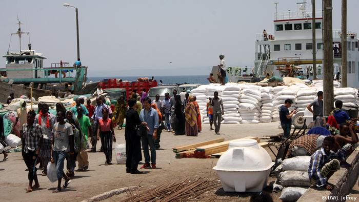 Menschen im Hafen von Dschibuti (Foto: DW/James Jeffrey)