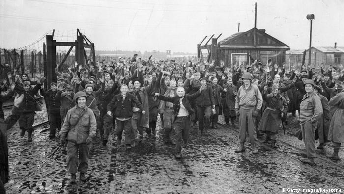 Радянські військовополонені у таборі 326 Штукенброк під час його звільнення солдатами США