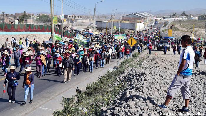 Peru Proteste gegen Kupfertagebau Projekt Tia Maria (picture-alliance/dpa/G. Alfaro)