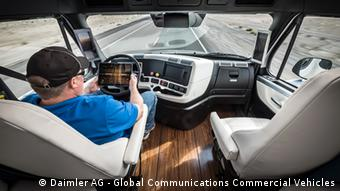 Fahrer in einem selbst fahrenden Lastwagen von Daimler