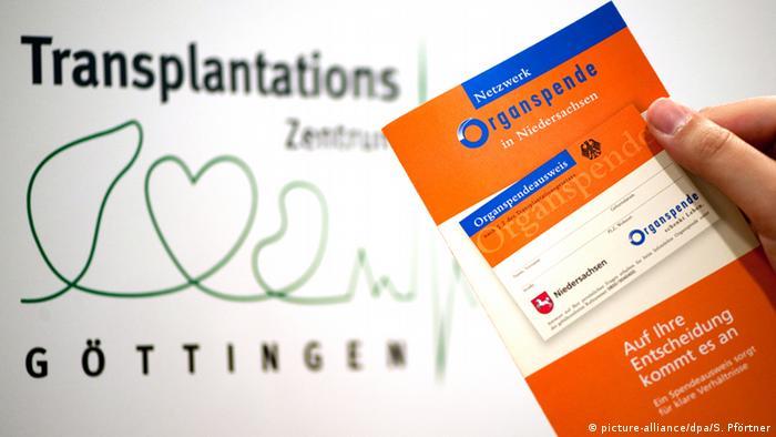 Eine Frau hält in der Universitätsmedizin Göttingen eine Broschüre des Netzwerk Organspende in Niedersachsen in der Hand. Dahinter ist das Logo des Transplantationszentrums Göttingen zu sehen (Foto: dpa)