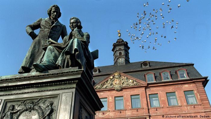 Estátuas de bronze dos irmãos Grimm em Hanau