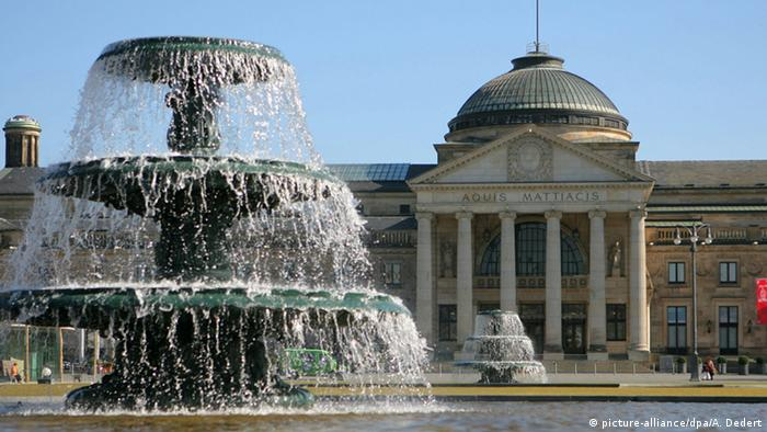 ویسبادن، مرکز ایالت هسن، به لطف آبهای معدنی و چشمههای آب گرم از قرن ۱۹ بدینسو به منطقهای برای استراحت و درمان مشهور شده است. بیش از همه، اعیان و اشراف روسیه بودند که قدر گشتوگذار در این شهر را میدانستند که دارای بزرگترین بناهای ستوندار در اروپاست.