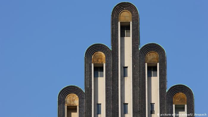 در بنای ماتیلدنهوهه در شهر دارمشتات که به شکل دستی رو به آسمان ساخته شده سالانه ۵۰۰ مراسم عقد ازدواج برگزار میشود. در حوالی سال ۱۹۰۰ در این مکان گروهی از هنرمندان تشکیل شد که هنر نو (Art Nouveau) را در آلمان معرفی کرد. بزرگترین حامی این گروه «ارنست لودویک فون هسن» بود که این نماد شهر دارمشتات به او تقدیم شده است.
