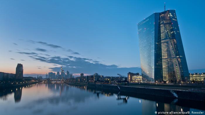 در شهر فرانکفورت، بزرگترین شهر ایالت هسن، بیش از ۵۰۰ ساختمان وجود دارد که ارتفاعشان بیش از ۶۰ متر است. کمی دور از مرکز و در شرق این شهر آسمانخراشی به ارتفاع ۱۸۵ متر به چشم میخورد که دفتر بانک مرکزی اروپا در آن واقع است. منتقدان این آسمانخراش آن را چون تخته سنگی تنها میبینند و دیگران آن را پدیدهای جذاب در افق آسمان فرانکفورت.