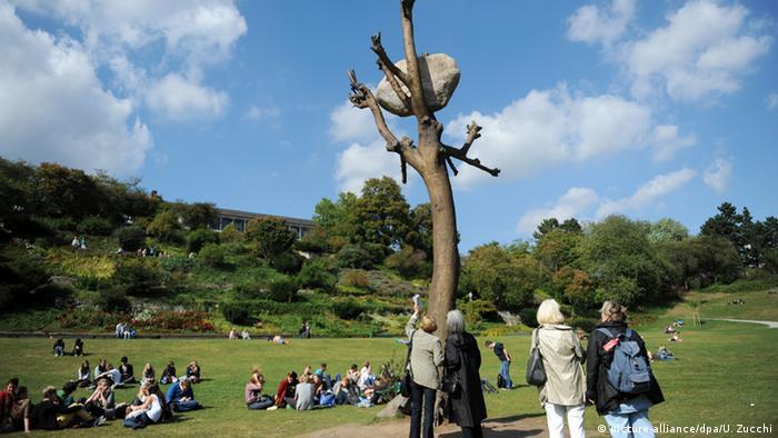 «دوکومنتا»، مهمترین نمایشگاه جهانی هنر معاصر، هر پنج سال یکبار در شهر کاسل برگزار میشود. هر بار این شهر برخی از این آثار هنری را خریداری میکند، مانند این مجسمه برنزی را که گردالهای از سنگ خارا بر آن سوار است. این درخت مصنوعی اثر جوزپه پنونه در حاشیه پارک کارلسوا قرار گرفته که یکی از زیباترین پارک های کشور آلمان است.