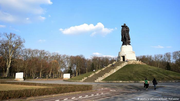 Памятник советским солдатам в Трептов-парке в Берлине