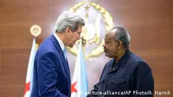 US-Außenminister John Kerry mit dem Präsidenten von Dschibuti Ismail Omar Guellehin (Foto: AP)