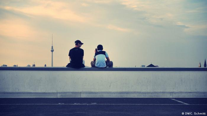 Young people looking over the Berlin cityscape, Copyright: DW / C. Schmitt