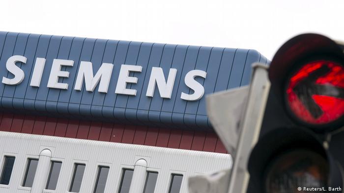 Логотип Siemens и фонарь с красным светом