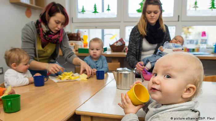 Children in daycare (picture-alliance/ZB/P. Pleul)