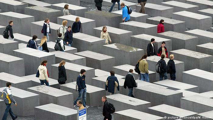 10 year anniversary of the Holocaust Memorial in Berlin (picture-alliance/dpa/W. Kumm)