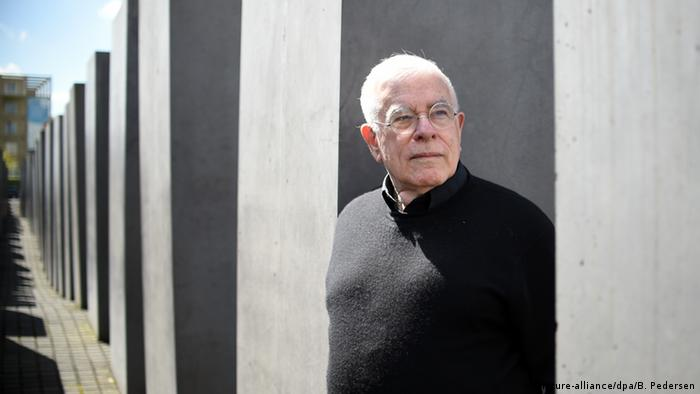 Peter Eisenman stands amidst the stones of Berlin's Holocaust Memorial and gazes into the distance (Photo: picture-alliance/dpa/B. Pedersen)