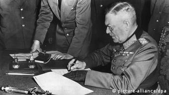Le Feldmarschall Wilhelm Keitel, commandant en chef de la Wehrmacht, signe la capitulation de l'Allemagne