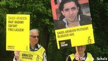 Aktivisten demonstrieren am 07.03.2015 vor der Botschaft von Saudi-Arabien für die Freilassung des saudischen Bloggers Raif Badawi Bild: DW/K.-A. Scholz