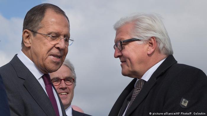 Міністри закордонних справ Німеччини та Росії Франк-Вальтер Штайнмаєр (п) та Сергій Лавров