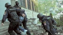 Auf dem Bild: Die Polizei nimmt Menschen aus der Islamistenszene in Bosnien und Herzegowina fest. Rechte: Avaz