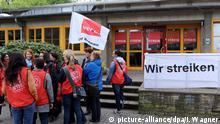 Eine kommunale Kita in Bremen wird am 08.05.2015 bestreikt. Mit dem Beginn des unbefristeten Streiks von Erziehern und Sozialarbeitern in kommunalen Einrichtungen fordern die Gewerkschaften mit Nachdruck eine höhere Einstufung der Sozial- und Erziehungsberufe. Foto: Ingo Wagner/dpa