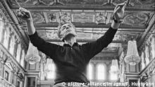 Herbert von Karajan probt im Wiener Musikverein mit den Wiener Philharmonikern im Goldenen Saal des Musikvereines. Photographie. 1966.