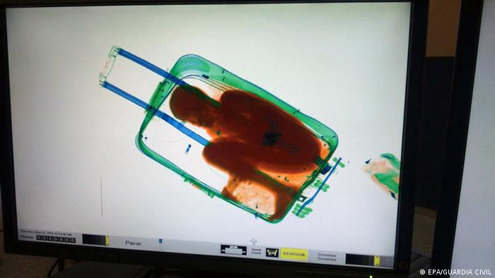 تصویر متعلق به ماه مه امسال است که پلیس مرزی اسپانیا در سیوتا پسر ۸ سالهای را یافت که درون چمدان مخفی شده بود