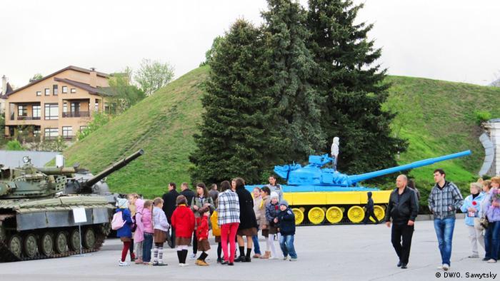 Раскрашенный в цвета украинского флага танк в День памяти и примирения 8 мая в Киеве