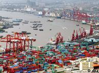 Hafen in Schanghai, viele Verladekräne und Schiffe (Quelle: dpa)