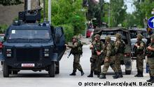 09.05.2015+++ epa04739456 Special police take up position in Kumanovo, the Former Yugoslav Republic of Macedonia, in a coordinated police action against armed forces repoted moving into the region on 09 May 2015. Unofficial sources claim three officers were injured, without police confirmation during the ongoing action that started early in the morning 09 May. EPA/NAKE BATEV +++(c) dpa - Bildfunk+++