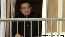 ARCHIV: Ousted Egyptian president Hosni Mubarak waves to his supporters outside the area where he is hospitalized during his birthday at Maadi military hospital on the outskirts of Cairo May 4, 2015. REUTERS/Mohamed Abd El Ghany
