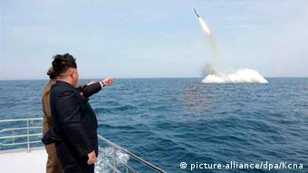 An image obtained by Yonhap News Agency showing North Korean leader Kim Jong-un pointing at a ballistic missile believed to have been launched from underwater near Sinpo, on the northeast coast of North Korean, 09 May 2015 (Photo: EPA/KCNA SOUTH KOREA)