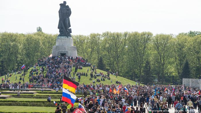 در آلمان با آنکه روز رهایی از استبداد نازیها روز تعطیل عمومی محسوب نمیشود، اما مراسم و برنامههای مختلف و متناسبی با این روز برگزار میگردد.